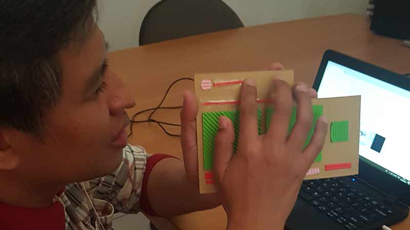 One of Suarise student explore tactile model of Social Media Ads