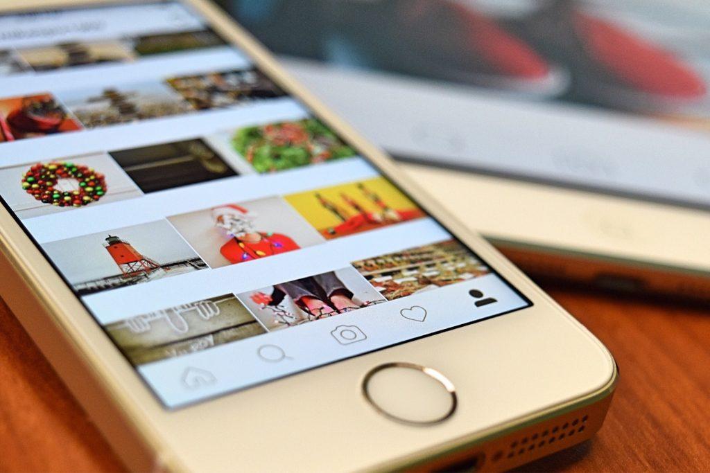 ilustrasi media sosial dalam smartphone