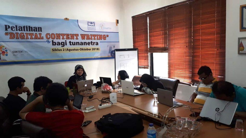 ilustrasi pelatihan digital content writing offline di yayasan Mitra Netra