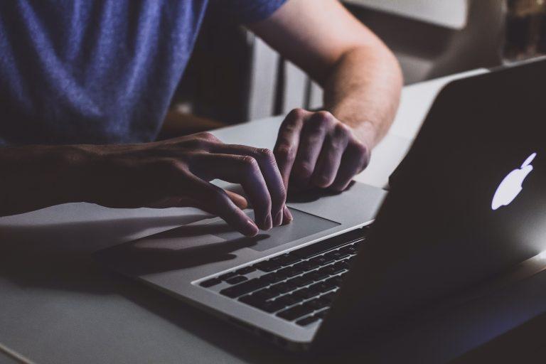gambar pria menggunakan laptop