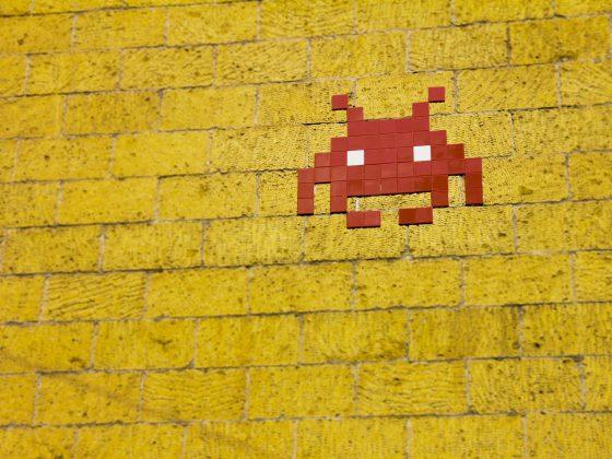 Gambar karakter game Pac-man di dinding