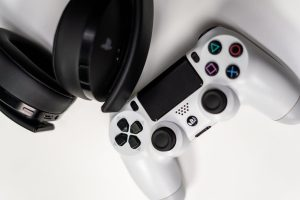 Foto joystik playstation dengan headphone