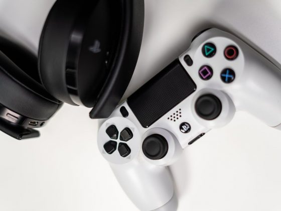 Foto joystik playstation dengan headphone