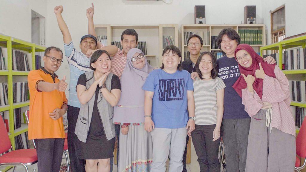 Foto Bersama tim suarise dengan lulusan batch 2