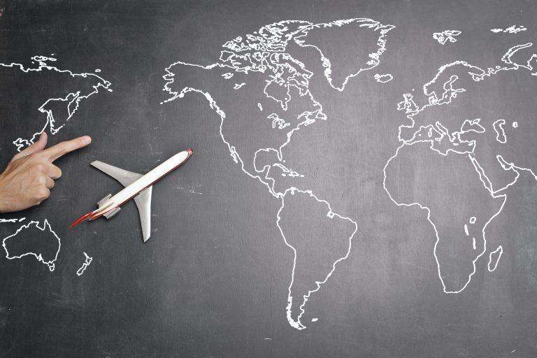 ilustrasi pesawat dan peta menuju eropa