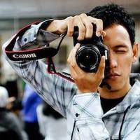 Redy dengan pose mengeker dengan kamera canon